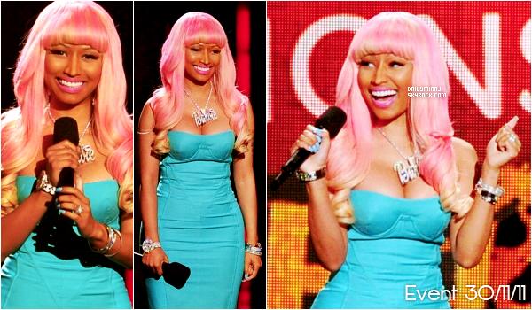 """Event, 30/11/11 : Nicki Minaj présente le concert des nominés des Grammy Awards. Elle était magnifique dans sa robe bleu, sa perruque. rose et son....mythique collier Barbie. Nicki a _aussi_ était nominé dans .deux___ catégorie """"Meilleure Nouvel artiste"""" & """"Meilleure album RAP"""".______________________________________________"""