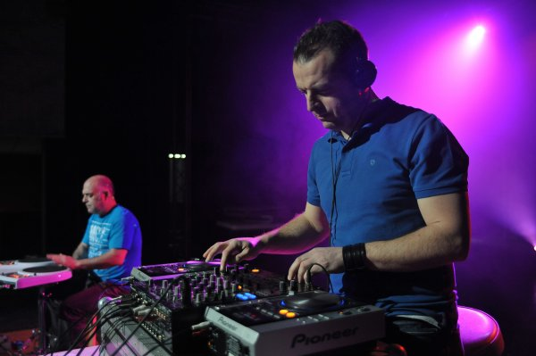 DJ DAMIEN ET CISCO AUX PERCUS