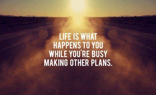 On passe sa vie coincé dans le labyrinthe à essayer de trouver un moyen d'en sortir, en se régalant à l'avance de cette perspective. Et rêver l'avenir permet de continuer, sauf qu'on ne passe jamais à la réalisation. On se sert de l'avenir pour échapper au présent.