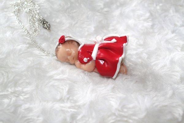 Collier sautoir b b endormi petite robe rouge et fleur blanche en p te polym re fimo blog de - Bebe en pate fimo ...