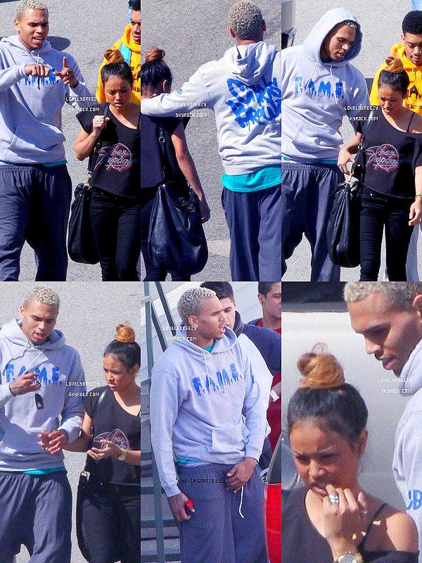 Chris Brown et ses amis en dehors d'un studio à Los Angeles