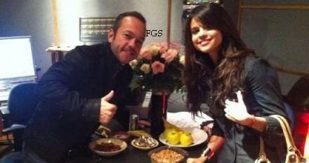 Selena n'a pas assisté à la cérémonie des Golden Globes mais elle nous a fait l'immense plaisir de participer à l'after party organisé par le magazine Instyle . Dans une robe rouge de Catherine Deane. Que dire de plus à part qu'elle est magnifique?
