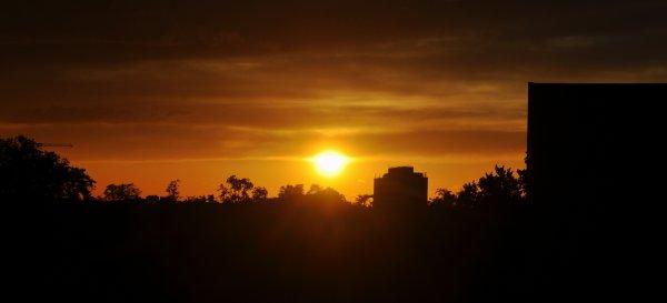 « Le soleil change souvent d'horizon et de théâtre, afin que la privation le fasse désirer quand il se couche, et que la nouveauté le fasse admirer quand il se lève. »  Baltasar Gracian y Morales