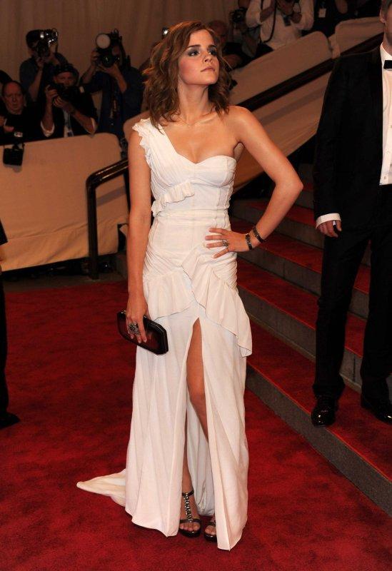 Emma Watson et sa belle robe blanche (elle a était à une avant première d'Harry Potter)