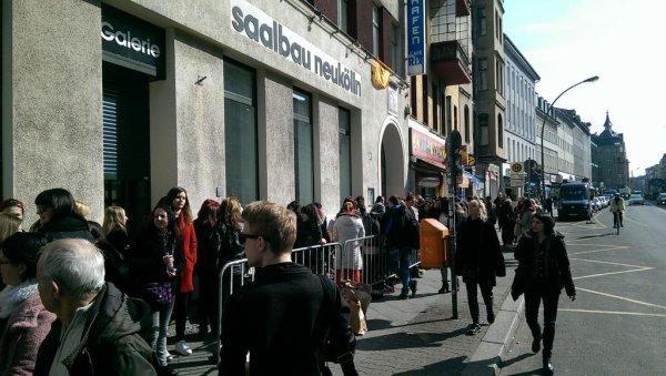 Les fans attendent devant la salle de concert