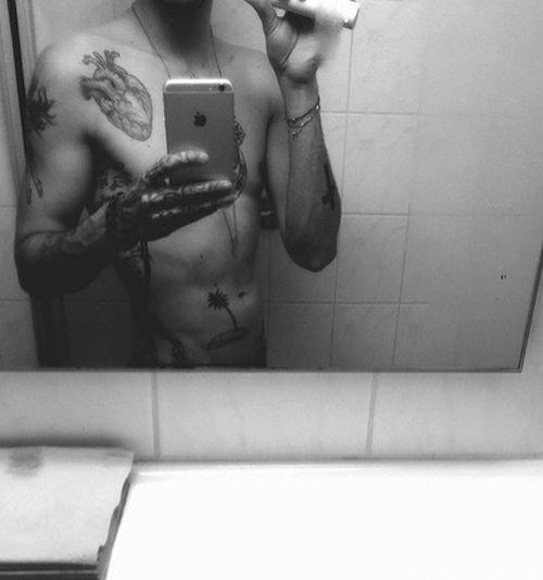 article de promiflash.de : Un corps tatoué sexy : Bill Kaulitz se met à nu !