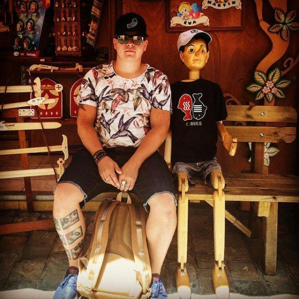 Instagram Gustav Schafer : séance photo avec mon nouvel ami.📷👍#pinocchio#il a les jambes courtes