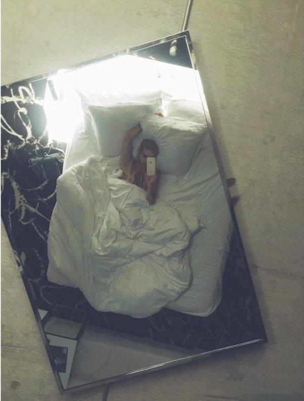 Instagram Bill Kaulitz : a dernière fois à Las Vegas, j'avais un miroir au-dessus de mon lit + il brillait dans l'obscurité  #seulement à vegas #selfie dans le lit