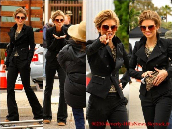 13/03: Shenae quittant le château Marmont + AnnaLynne sur le set.     14/03: Jessica.L & AnnaLynne sur le set.     09/02: Trevor posant avec des fans.