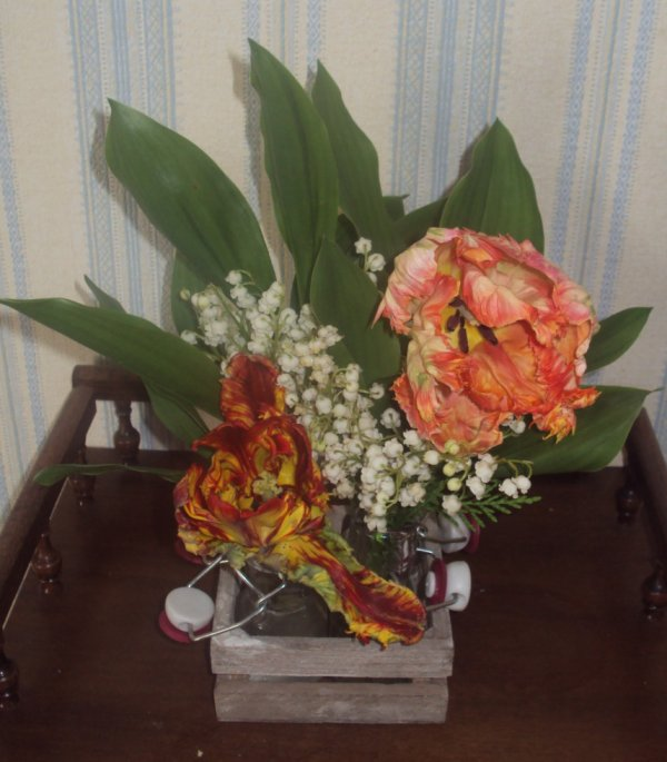 bouquet de muguet et tulipe perroquet du jardin