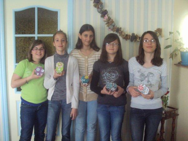 les filles avec leurs boites decoré