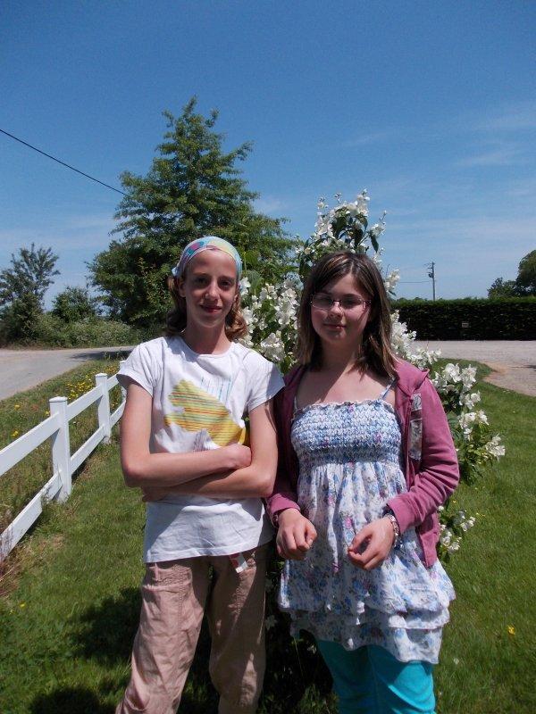 Aurore( copine de Marie) et Marie on bricole pour la fêtes des mères et des pères
