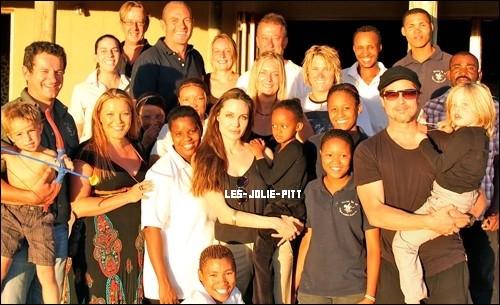 ** **  Comme prévu, la famille Jolie-Pitt a fêté Noel en Namibie, des photos sont apparues où on les voit effectuer les derniers achats pour leur petite tribu, le 23 Décembre dernier. +  La famille est de retour a Beverly Hills, ils ont été aperçu le 2 Janvier se rendant au restaurant: Benihana.  **  Angelina Jolie et Brad Pitt ont fait un don de deux millions de dollars à la réserve faunique Naankuse en Namibie où ils ont célébré Noël en famille.C'est là qu'est née leur fille Shiloh en 2006. La vedette de «The Tourist» a expliqué que celle-ci était la raison de leur don. «Nous voulons qu'elle grandisse avec une bonne compréhension de son pays natal.»+  Alors que le producteur Scott Rudin avoue être « très près » d'engager un réalisateur pour le biopic de Cléopâtre, le bruit court qu'il s'agirait du réalisateur de LA MORT DANS LA PEAU. CLÉOPÂTRE, biopic en 3D de la célèbre reine égyptienne et projet cher à Angelina Jolie, pourrait être réalisé par Paul Greengrass. Et ce, après avoir longtemps été promis à James Cameron, désormais trop occupé sur AVATAR 2 et 3.   ** **