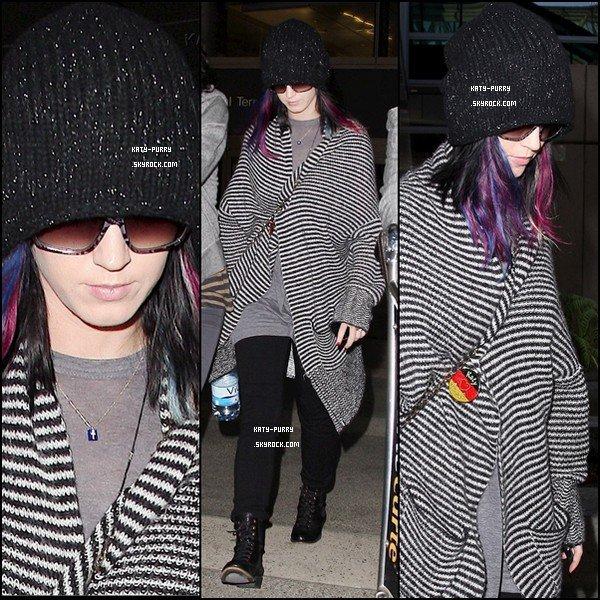 10/09/10 - Katy arrive à Los Angeles et rentre chez elle.