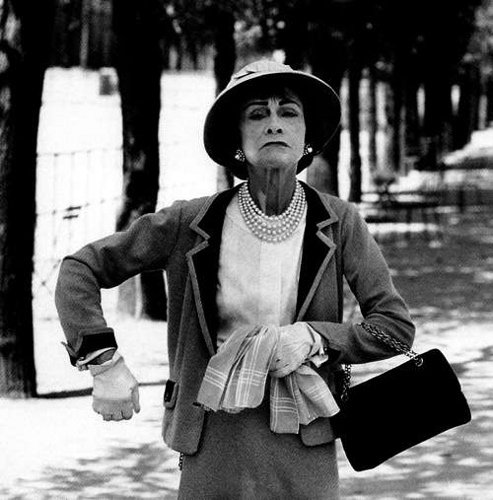 « Si une femme est mal habillée, on remarque sa robe, mais si elle est impeccablement vêtue, c'est elle que l'on remarque.  »