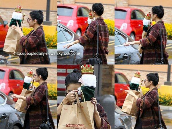 3 décembre 2014 : Vanessa Hudgens a été vue alors qu'elle quittait le Walgreens à Los Angeles
