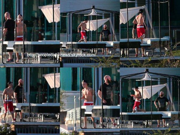 4 décembre 2014 : Shay Mitchell a été vue alors qu'elle quittait le Chateau Marmont dans West Hollywood