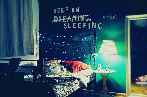 Des idées de décoration pour une chambre (lumières et mots)