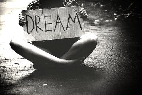 """""""Ne laisse personne te convaincre que tes rêves sont trop grands."""""""