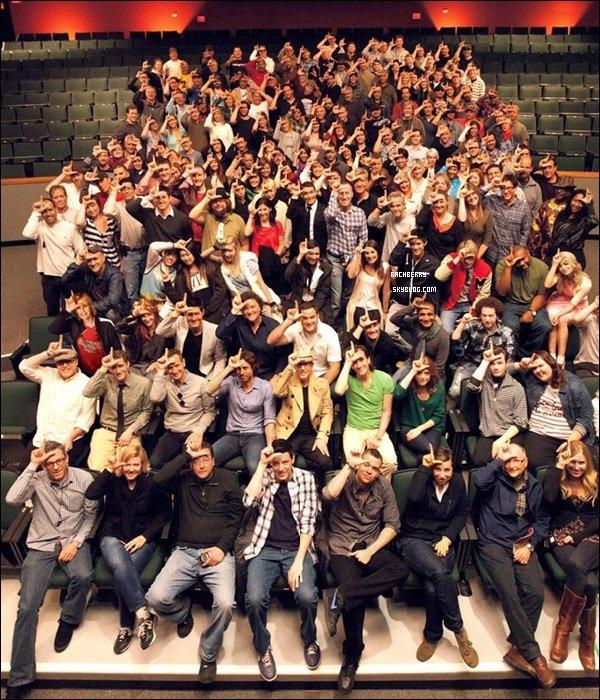 """GLEE▬  Photo datant d'une date inconnu et apparu . Ont peut y voir le cast de Glee au complet . T'aimes ? + Encore une nouvelle video promo deL'episode 20 de Glee """"Prom Queen """" Video    Hate ?"""