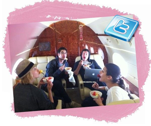 TWITTER ▬  Darren Criss a posté sur son twitter une photo avec le cast de Glee dans leur Jet privé .