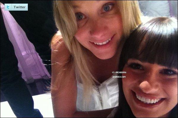 TWITTER ▬  Lea a posté une photo d'elle en compagnie de Heather ( sans maquillage ) sur le set de Glee .