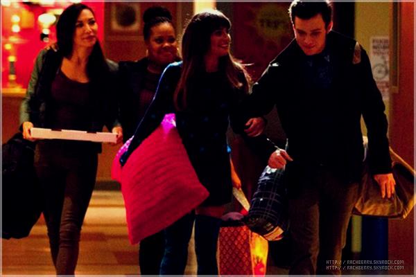 """30RD SEPTEMBER 2013 // Lea a été vue quittant le restaurant """"Dominick"""" avec ses amies dans Hollywood .  + Lea conduisait avec la voiture de Cory :photo ici"""