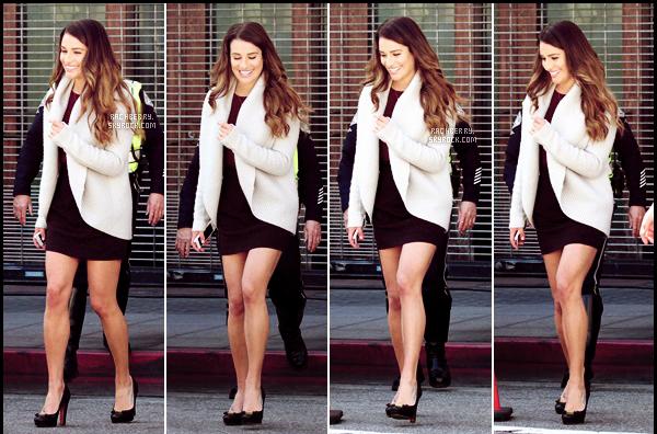 FEBRUARY 21ST // Lea a été apercue marchant sur le set de Glee , magazine a la main. J'adore sa tenue.