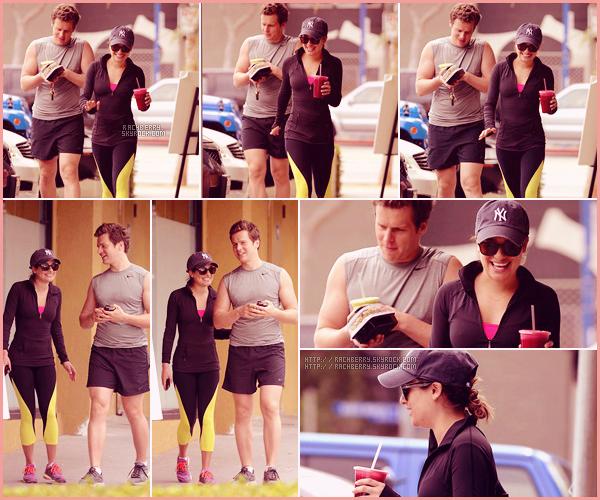 APRIL 17TH // Lea a été apercue avec Jonathan sortant du Earth Café après avoir fait une randonnée.