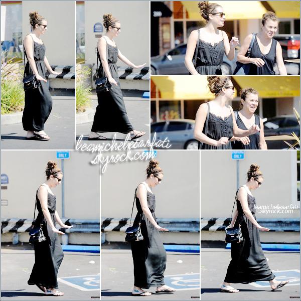 ·••MAY 28 THl Lea a été apercue avec sa mère quittant un salon de manucure sous le beau soleil de Los Angeles. ▲ Lea est vraiment toute mignonne avec son chignon , j'aime beaucoup sa robe. Sa fait plaisir de la voir sourire avec sa maman.