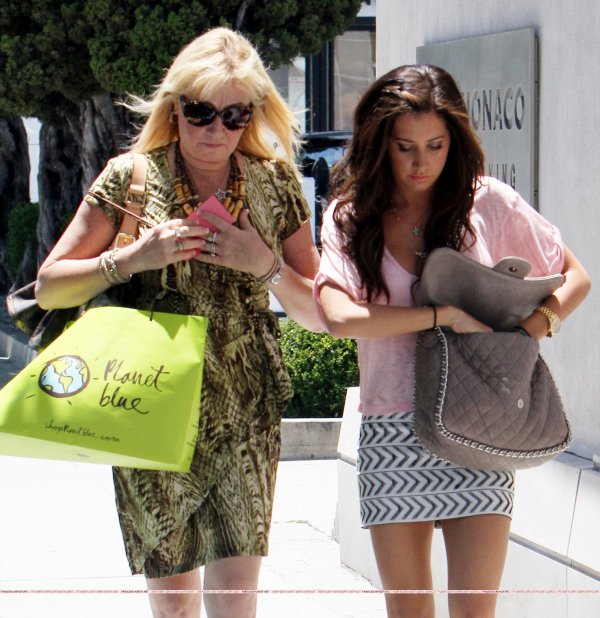 01 . 07 . 2011 Ashley & Lisa aperçue à Hollywood .