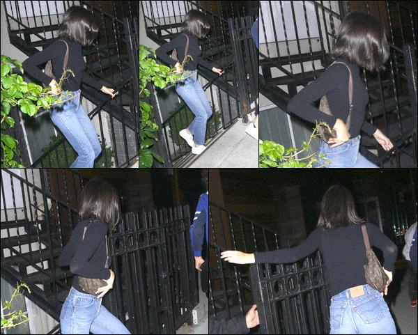 - 07.06.2017 - Kendall Nicole Jenner a été photographiée de dos quittant le BondST Lounge,  dans Manhattan. Malheureusement la miss nous montre son dos, elle n'avait pas tellement envie de se faire épier . C'est un Top pour la tenue de K. -