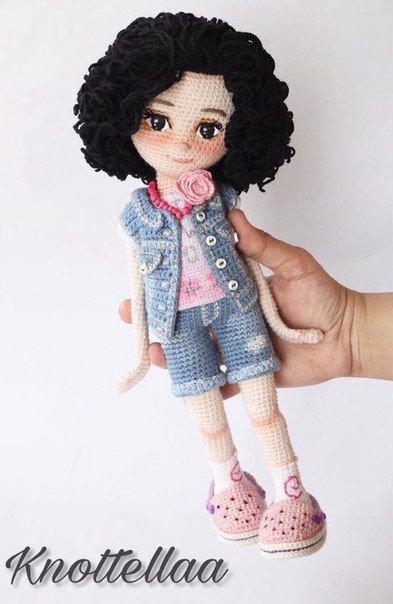 Superbe poupée au crochet.