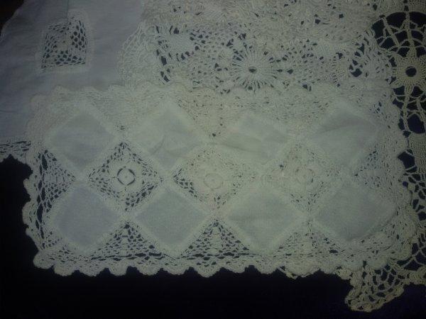 j'ai ressorti des anciens napperons que j'ai crocheté il y a bien d'années, pour en faire peut -être des coussins.