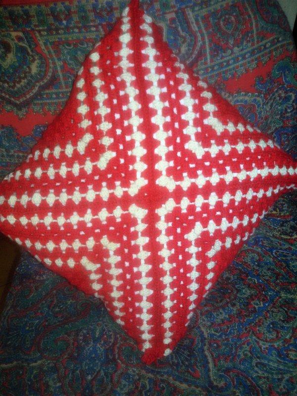 Sur mon crochet... Coussin enfin fini. 5  photos.