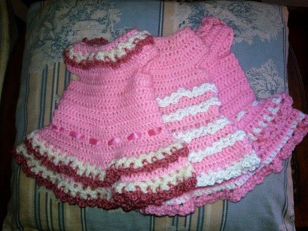 Des robes au crochet pour les poupées des copines.
