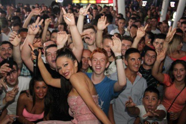 Adelina me fansat e saj ne disko club Stop ne gjilan