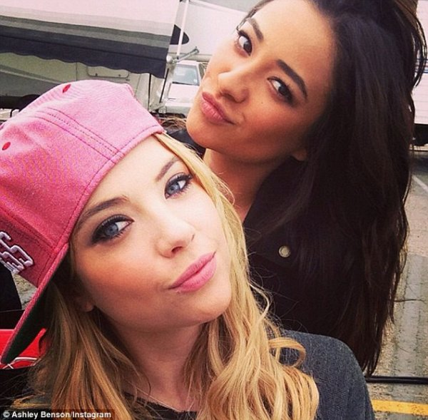 Shay Mitchell et Ashley Benson