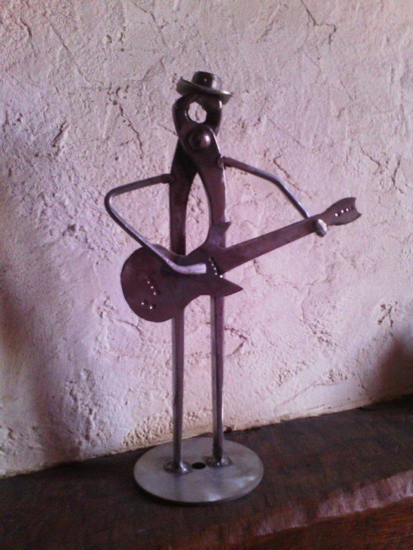 guitariste avec vieux outils par Falko