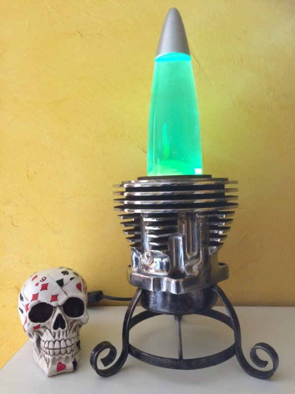 Lampe avec ancien moteur Harley par meca sculpture Falko