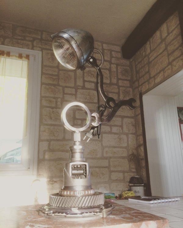 Lampe avec phare de 2CH, différentiel de boite,cloche d'embrayage, et vieux outils