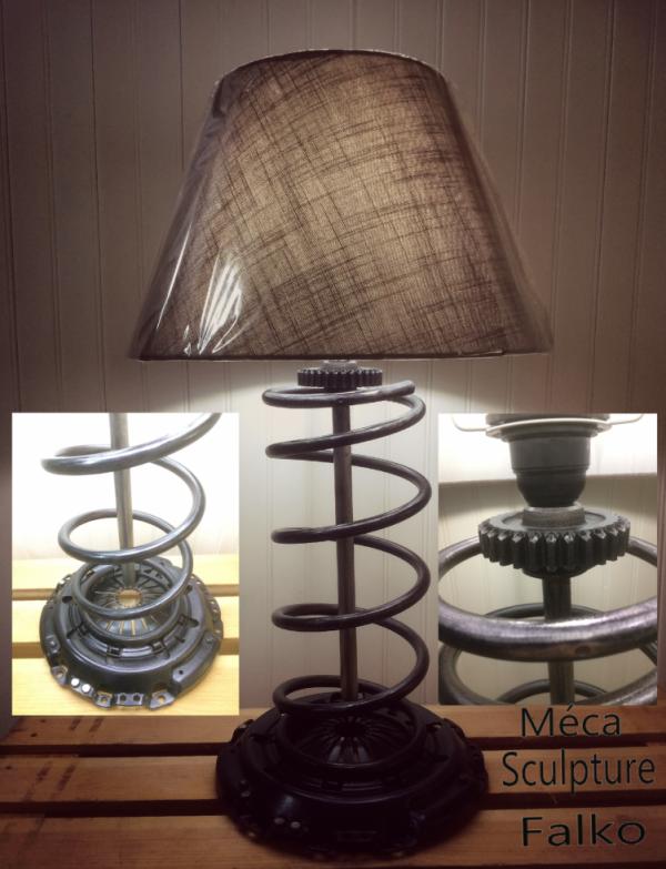 Lampe avec ressort d'amortisseur, support douille en pignon de boite, et pied en système d'embrayage