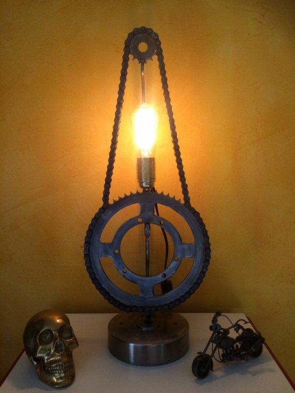 Lampe indus avec chaine et pignons de moto