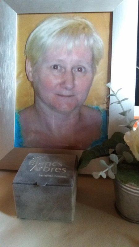 c'est un peux de ma fille avec photo chez moi et le rete au cimetiere repose en paix mon coeur tu me manque ta maman qui t'aime