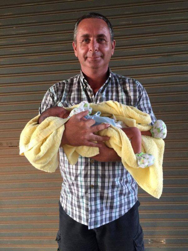 c'est mon fils et ma belle fille avec le petit bébé il a 3jour de la cousine de ma belle fille et dans 3 moi ce sera eue qui va  avoir un bébé une petite fille melissa