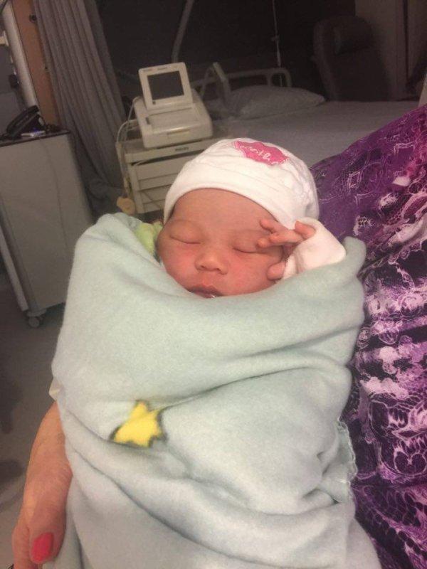 je viens vous annoncer la naissance de ma petite fille Melissa a pres trente neuf heures de travail elle a pointe son petit nez le 22/02/2017 à17h23 et je pese 3k290 et je Mesure 49en