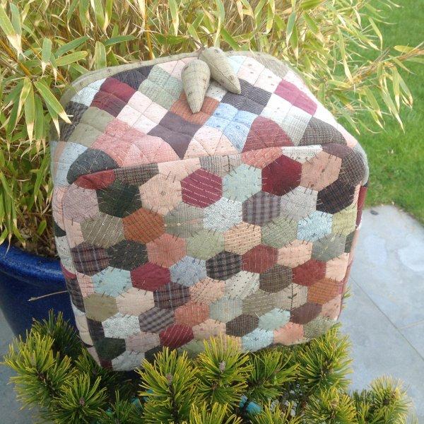 Le voilà fini !!!! un vanity carré avec des tissus japonais ainsi que des losanges, hexago et trognons ..carrément ma propre invention ...j'adoreee .... Il y en a un autre sur le feu hihilol mais surprise !!!