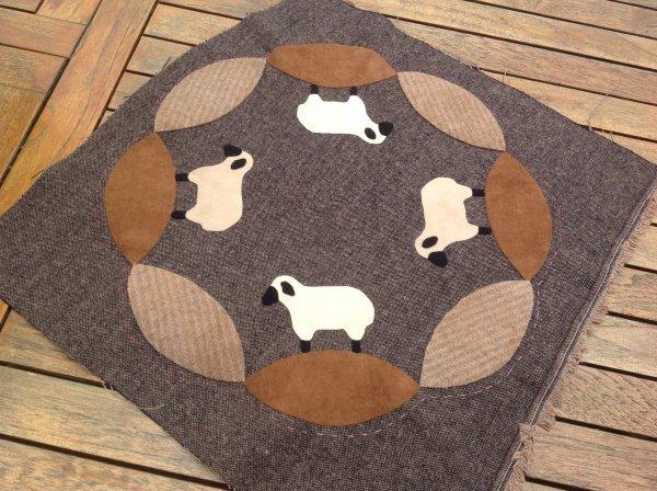 Roooo les jolis moutons .. Plus cas faire de jolis points primitif et autres ...tout ce que j'aime !!!! Ça sera un tapis de table , que je poserai dans mon atelier ..