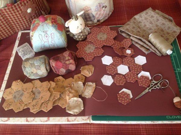 Petite trouvaille dans mon atelier ,Humm des hexago !!!!! Je vais confectionné de jolies pochettes à bobines ...rien n'est perdu ....