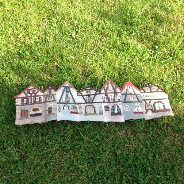 Voila le petit village Alsacien...il y a un hôtel , un musée, une auberge ....en tout 7 maisons monter sous forme de boite ronde ....